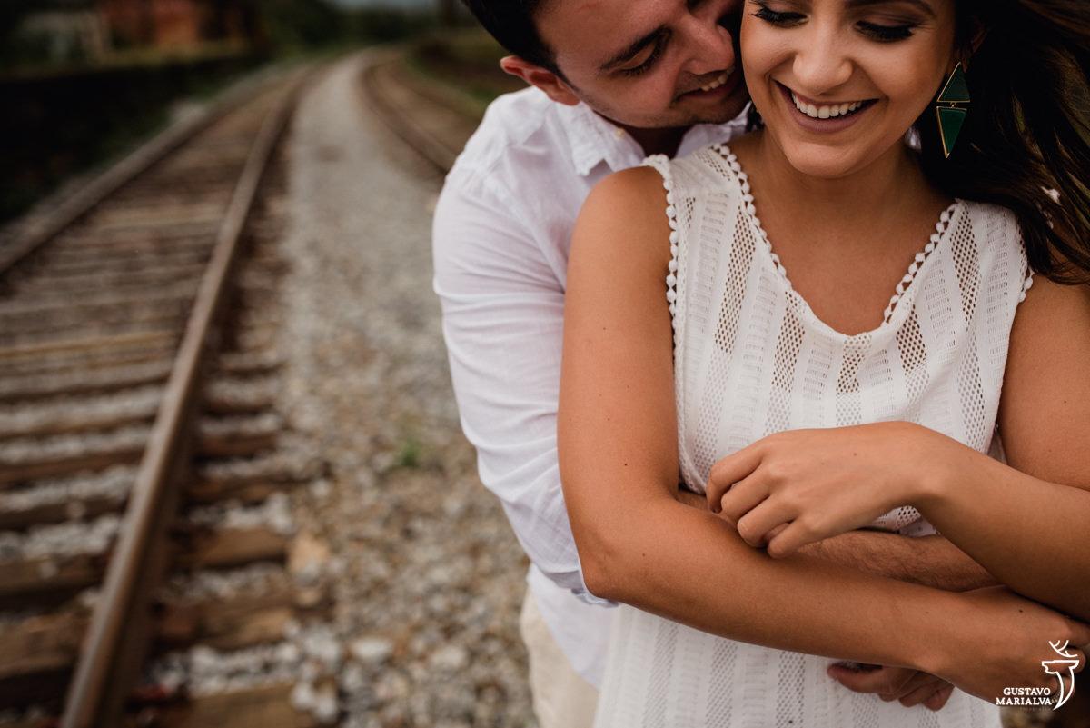 casal se abraçando no trilho do trem no book de casal em paranapiacaba