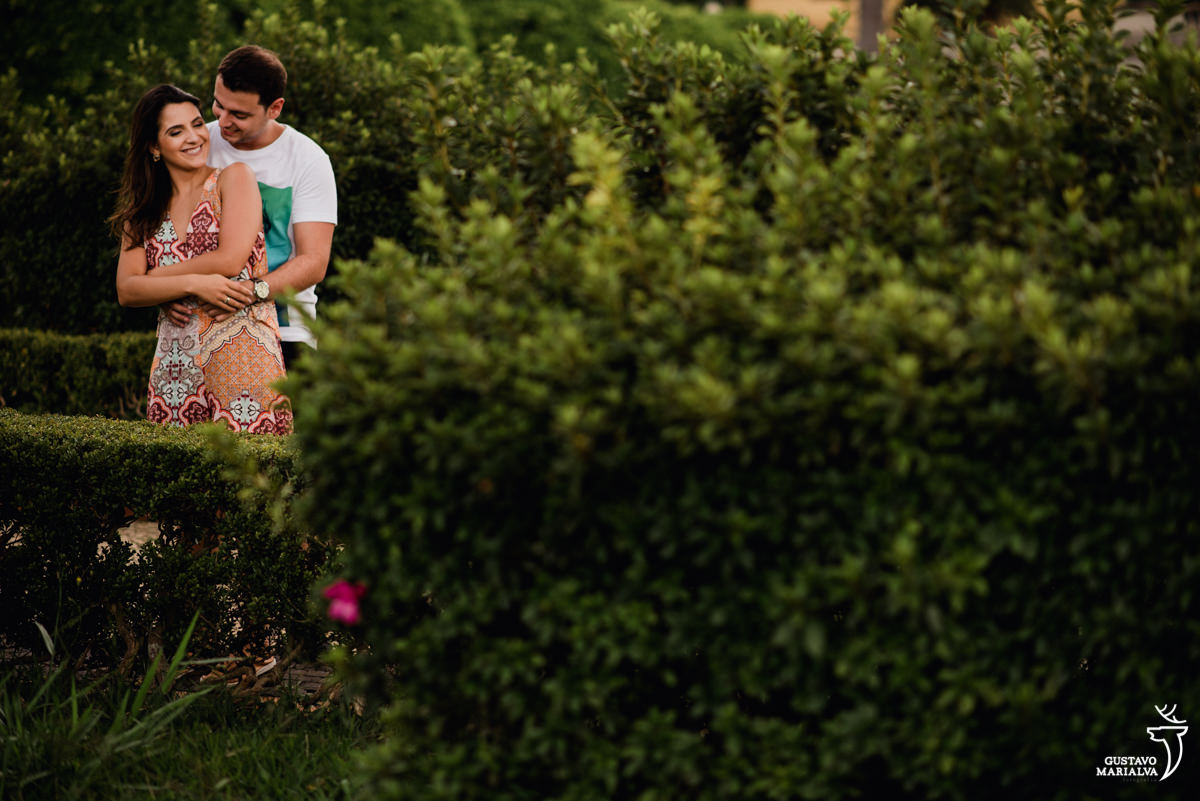casal abraçado entre a natureza no book de casal em paranapiacab