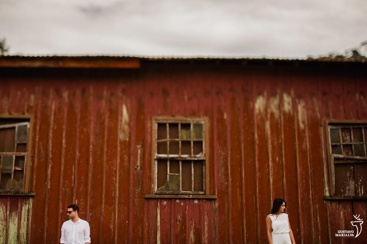 casal posando para retrato em frente a casa no book de casal em paranapiacab
