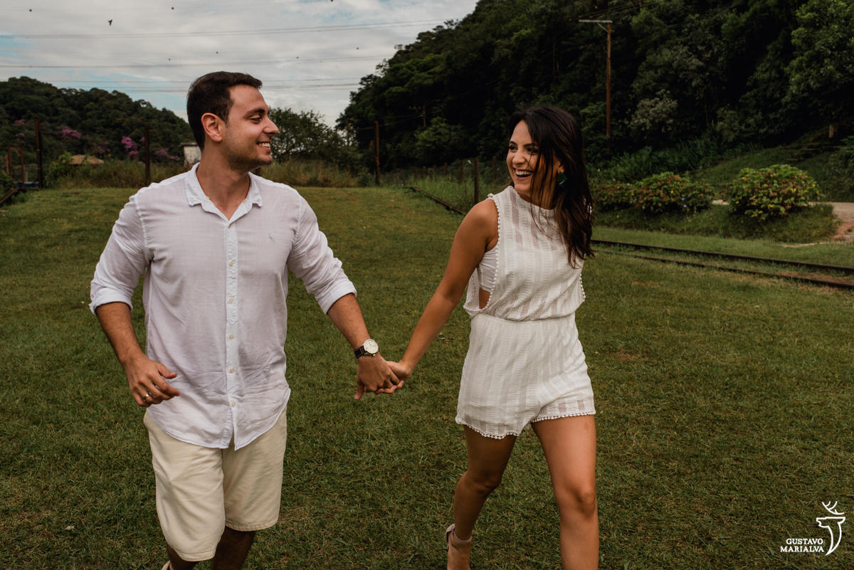 casal correndo no book de casal em paranapiacab