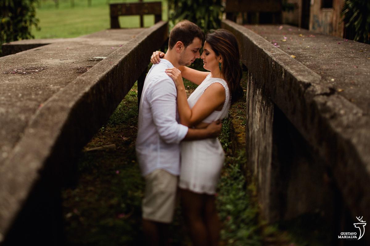 casal abraçado no book de casal em paranapiacab