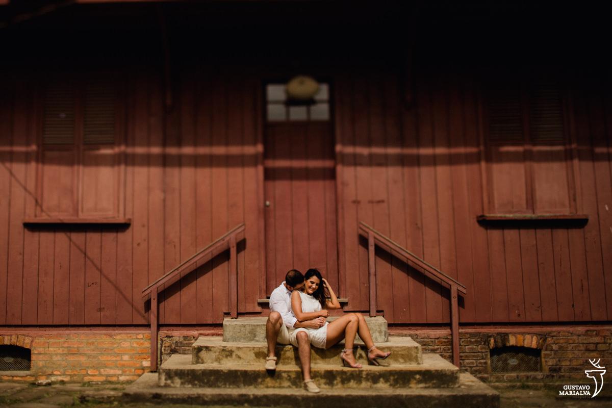 casal sentado na escada e namorando no book de casal em paranapiacab