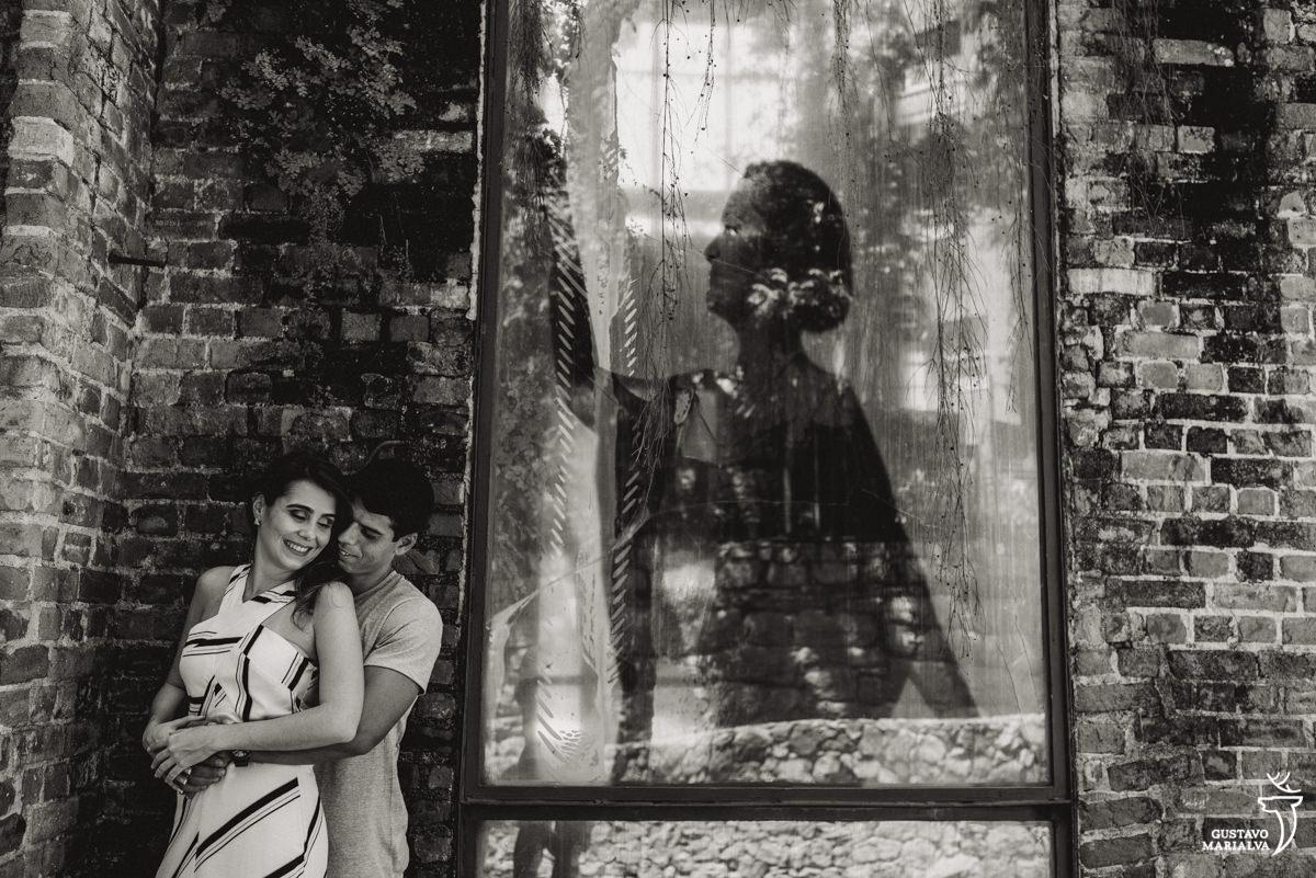 casal posando para book de casal no parque das ruínas no rio de janeiro