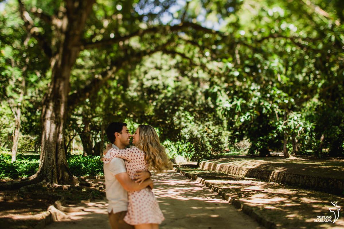 noivos namorado durante book de casal no jardim botânico do Rio de Janeiro