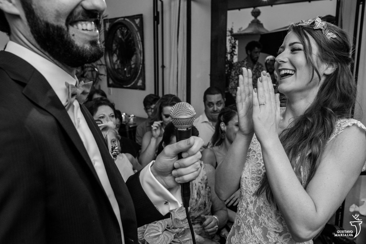 noiva aplaudindo os votos do noivo na cerimônia de casamento