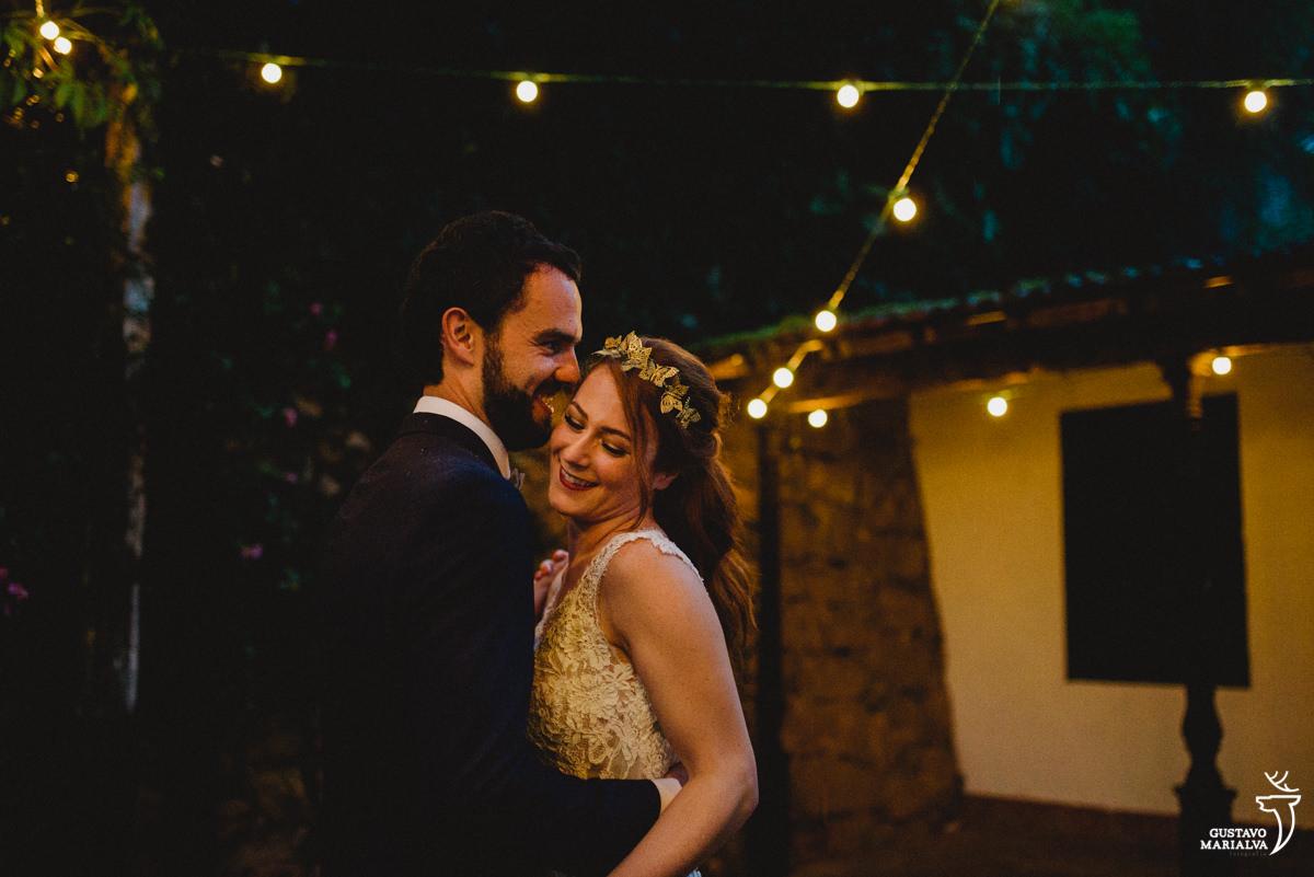noivos dançando sob luzes de gambiarra na casa da palma em santa teresa rio de janeiro