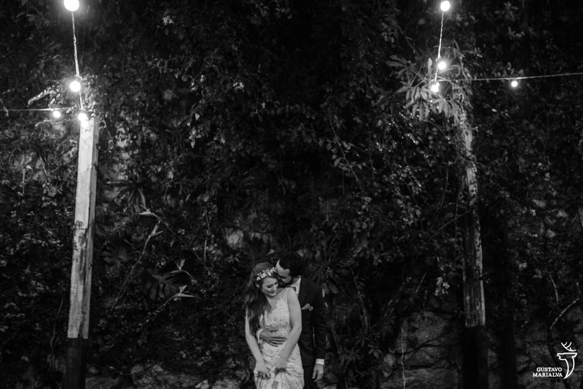 noivos posando para retrato na casa da palma no rio de janeiro em santa teresa