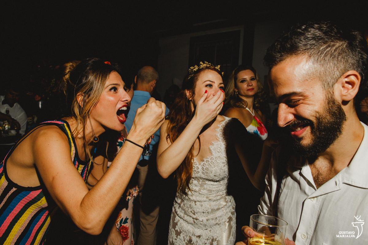 amigos sorrindo na festa de casamento