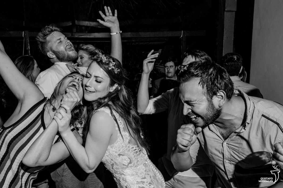 noiva e amigos cantando na festa de casamento