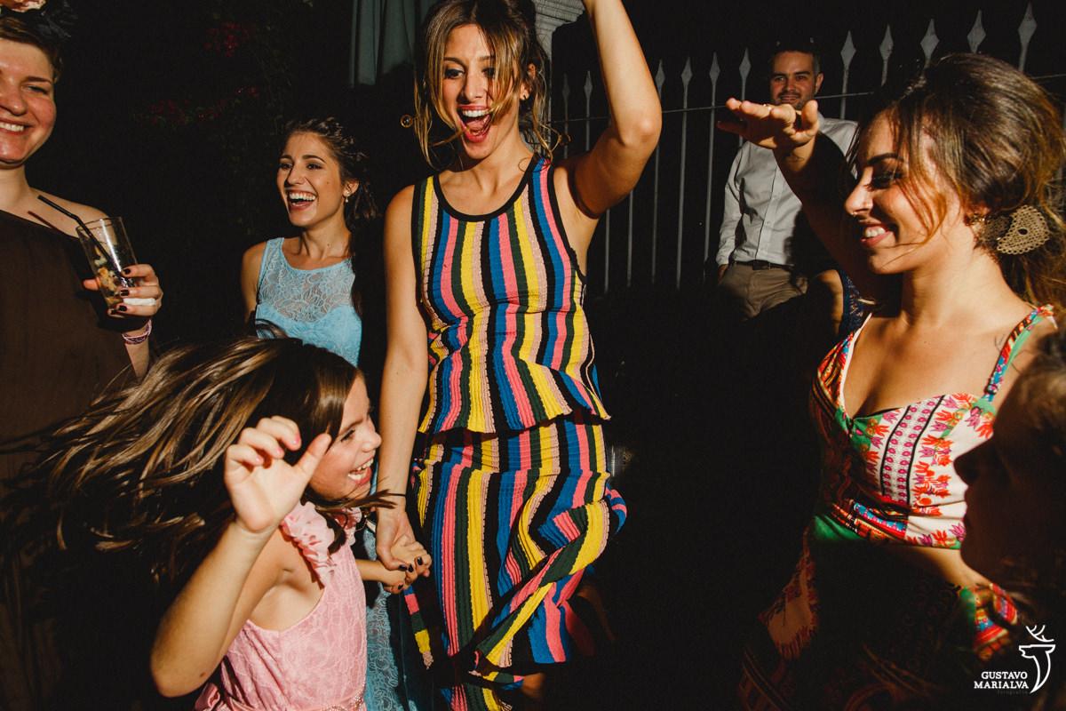 convidada e criança pulando na festa de casamento