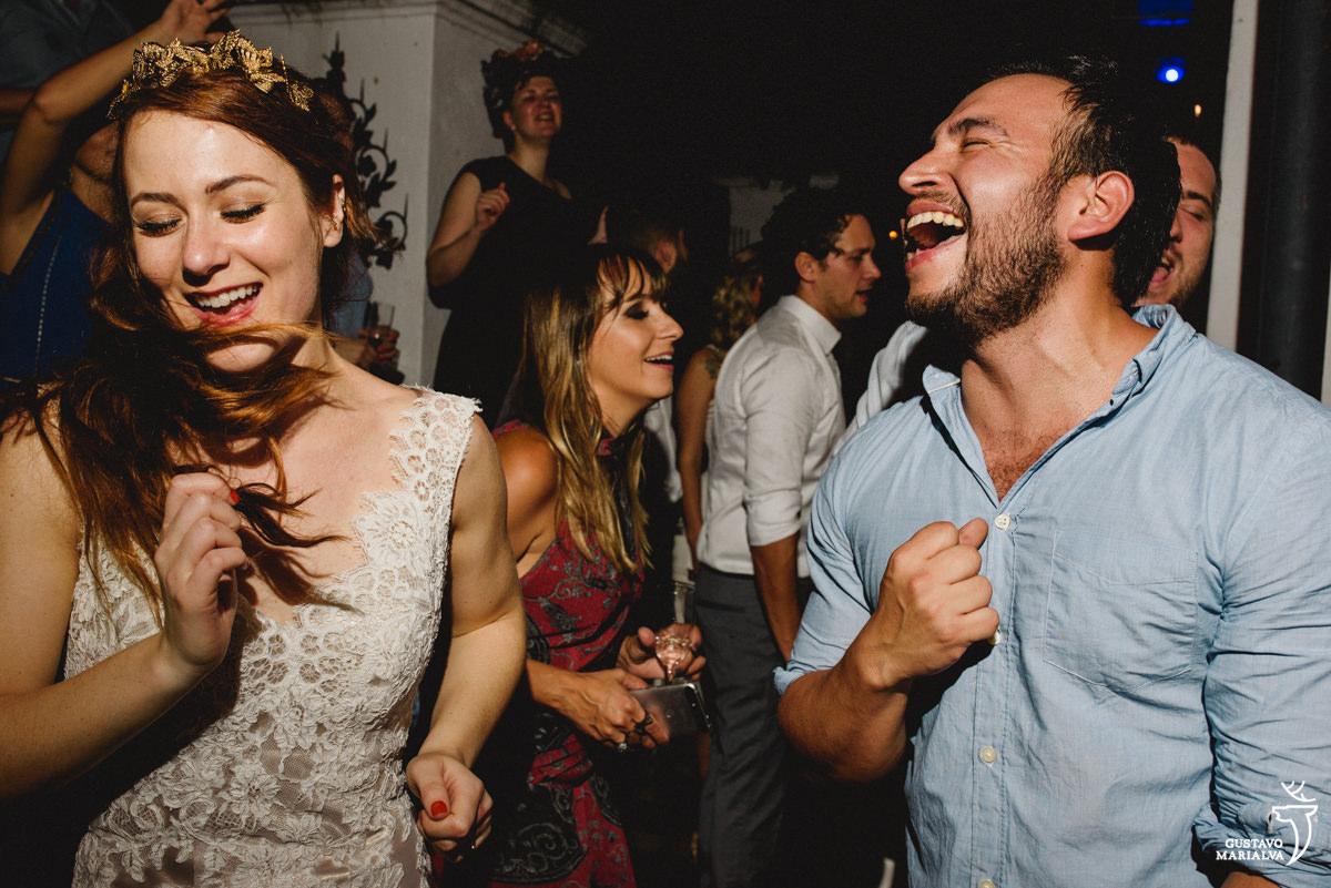 noiva e amigo cantando na festa de casamento