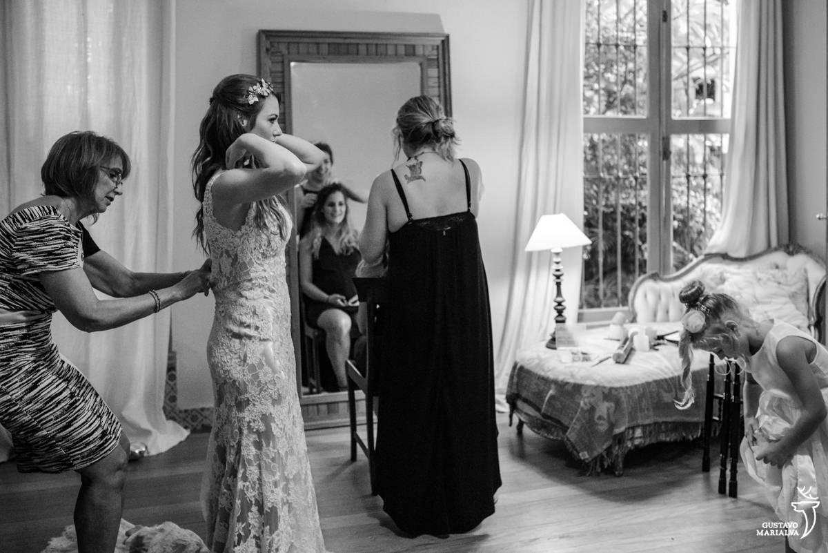 noiva colocando o vestido no making of do casamento