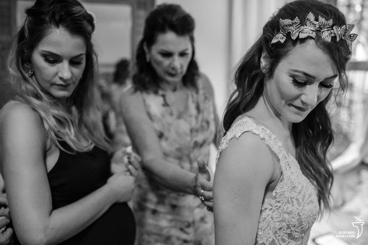 noiva e irmã se arrumando no making of do casamento
