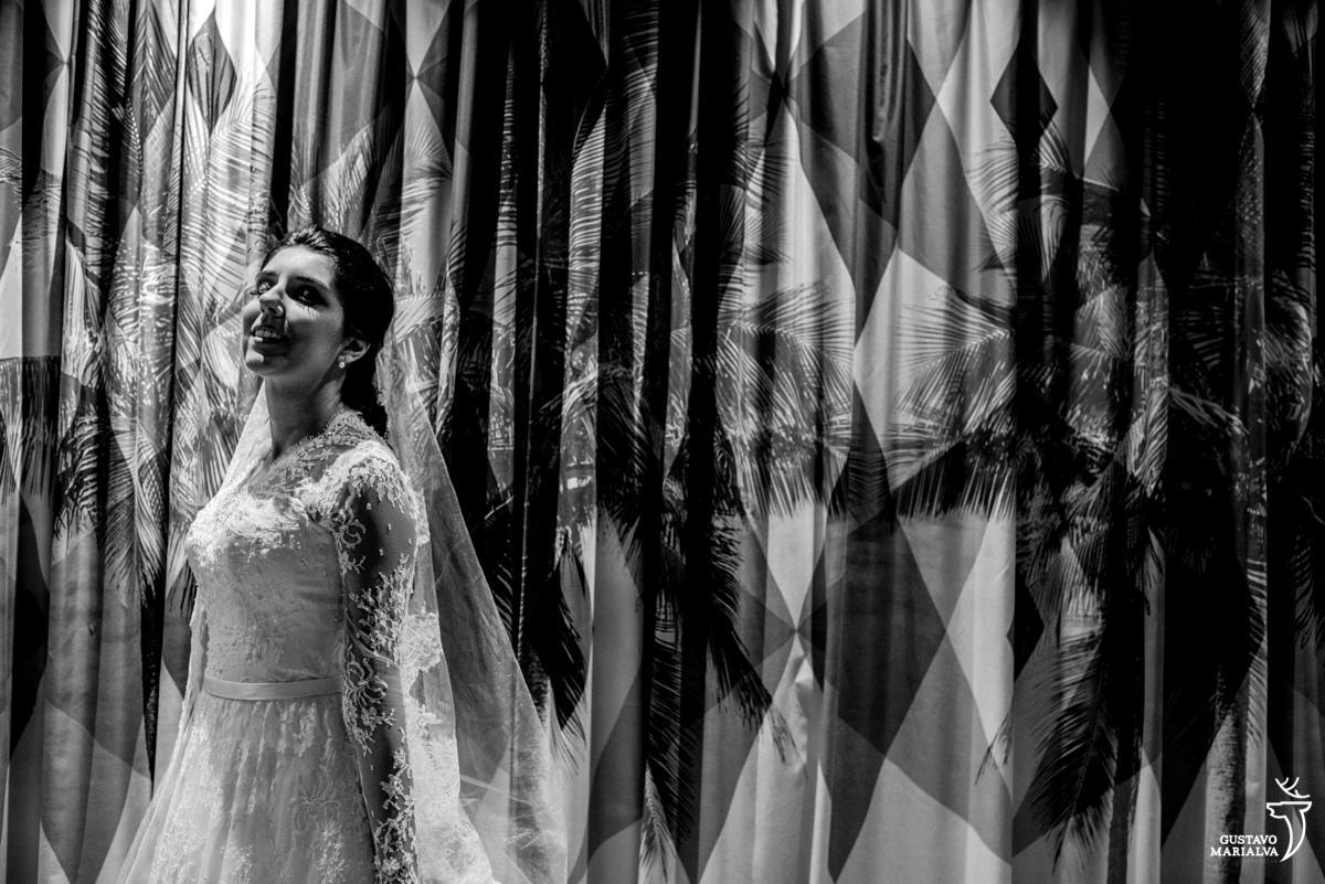 Noiva posando em frente a obra de arte no hotel yoo2 rio