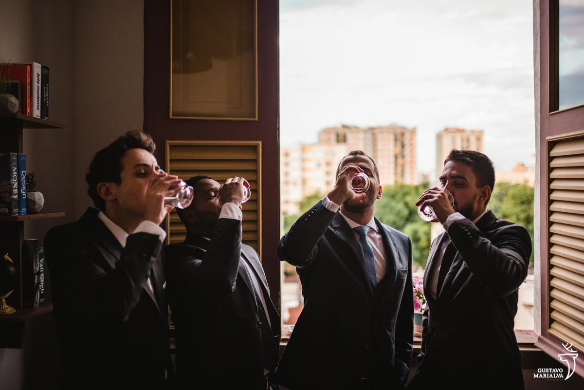 Noivo e amigos tomando vodka