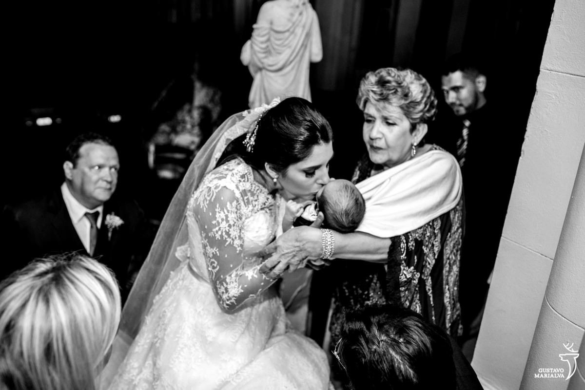 Noiva beijando o sobrinho na entrada da igreja