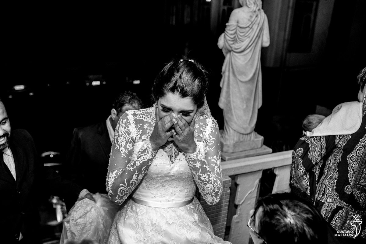 noiva chorando emocionada antes de entrar na igreja