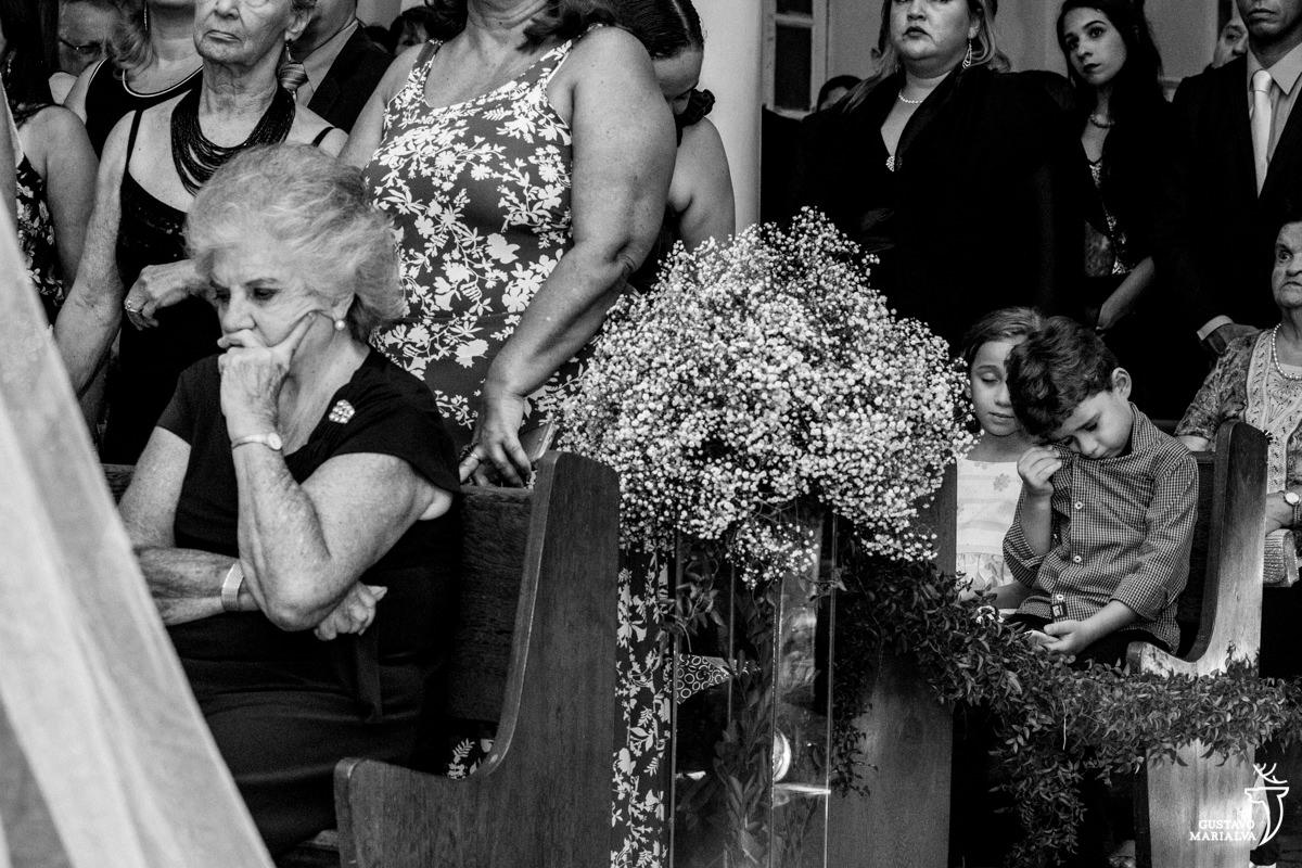 Pajem chorando durante a cerimônia de casamento