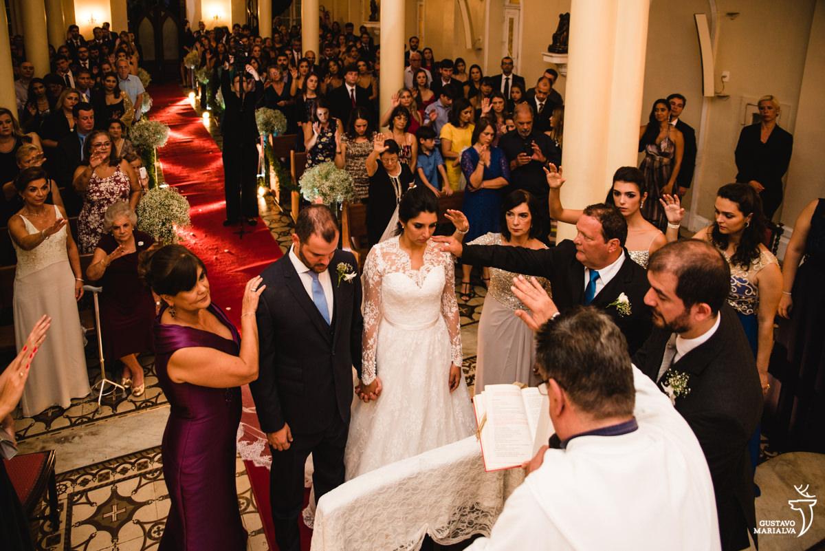 Familiares e convidados abençoando os noivos