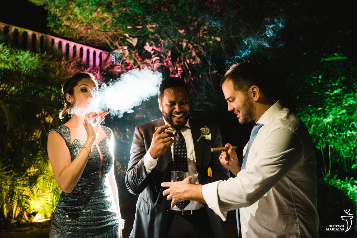 Noivo fumando charuto com os amigos