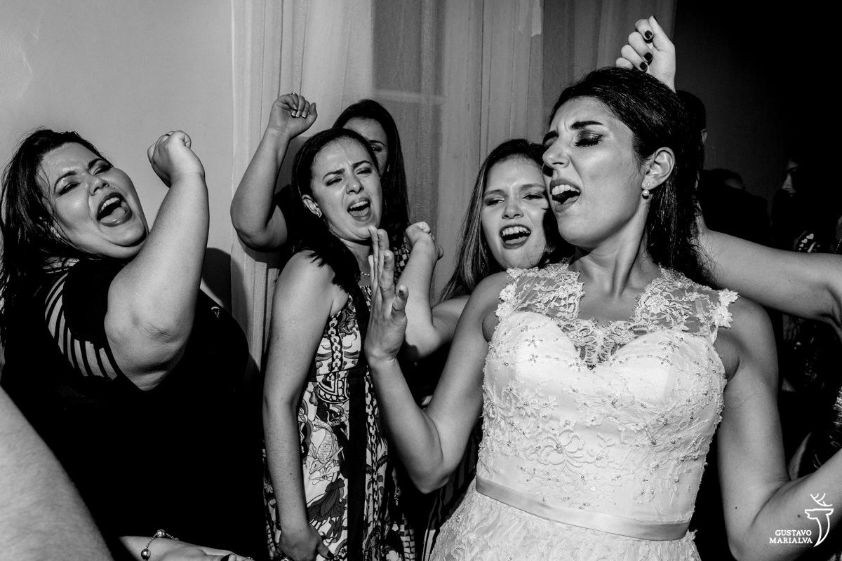 Noiva e amigas cantando Maiara e Maraisa