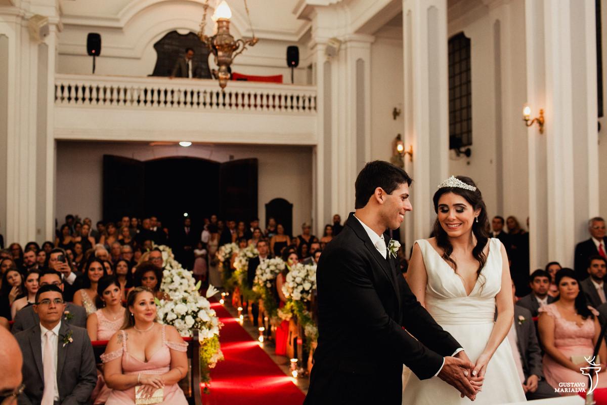 noivos sorrindo na cerimonia de casamento na capela do palácio da guanabara