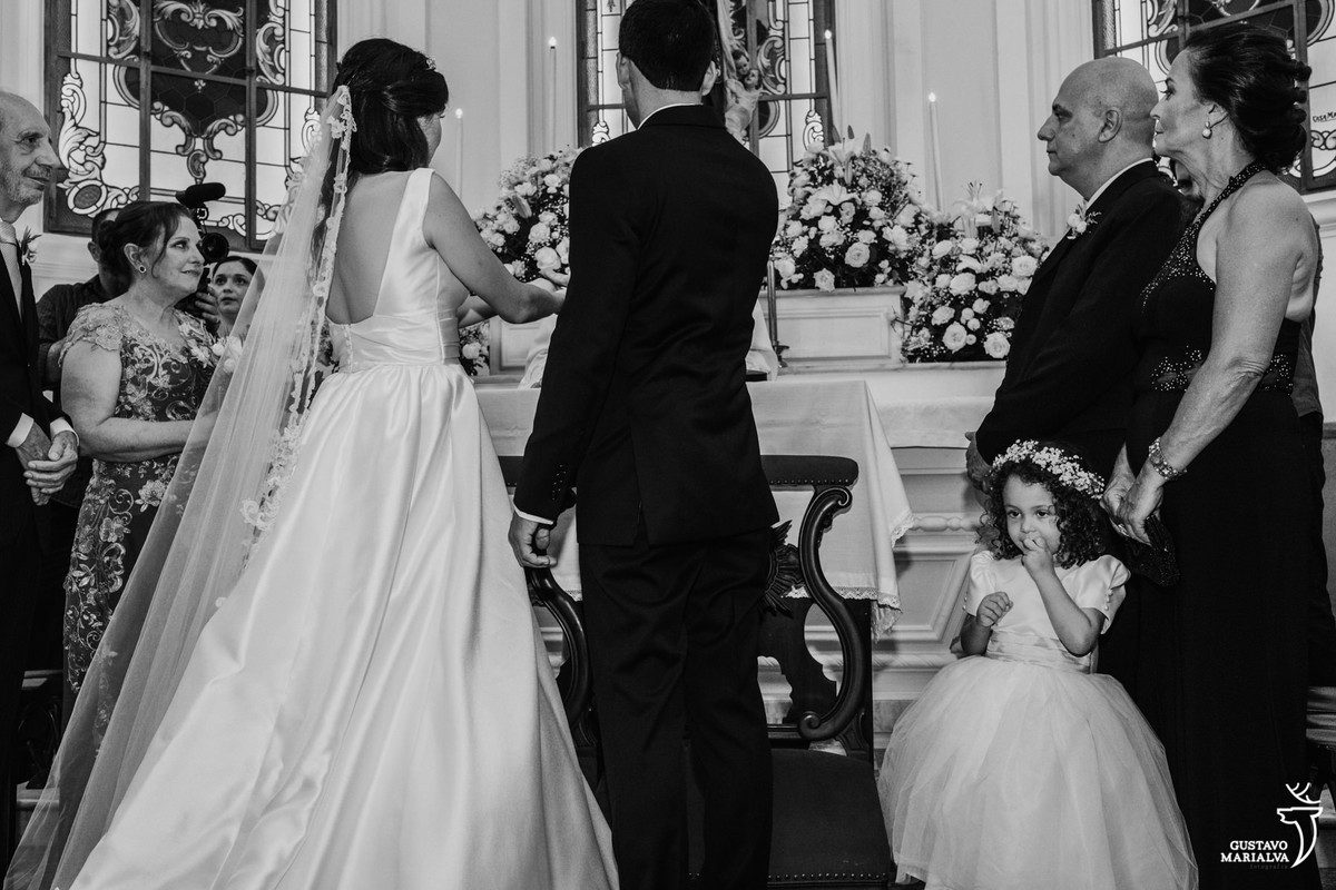 daminha chupando o dedo na cerimônia de casamento