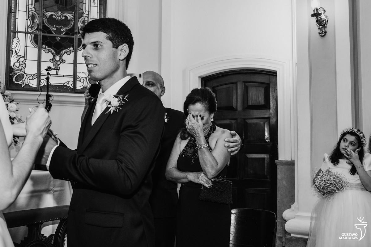mãe do noivo muito emocionada durante a troca de votos