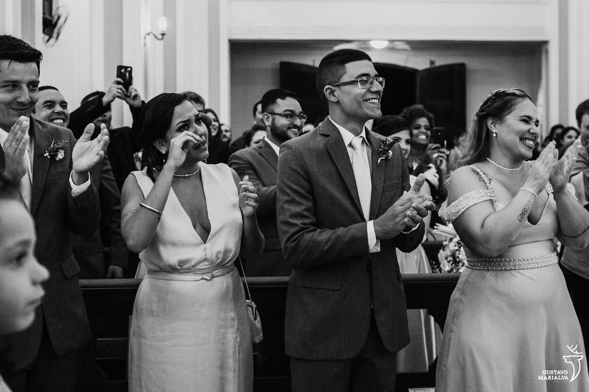 padrinhos rindo e chorando na cerimônia de casamento