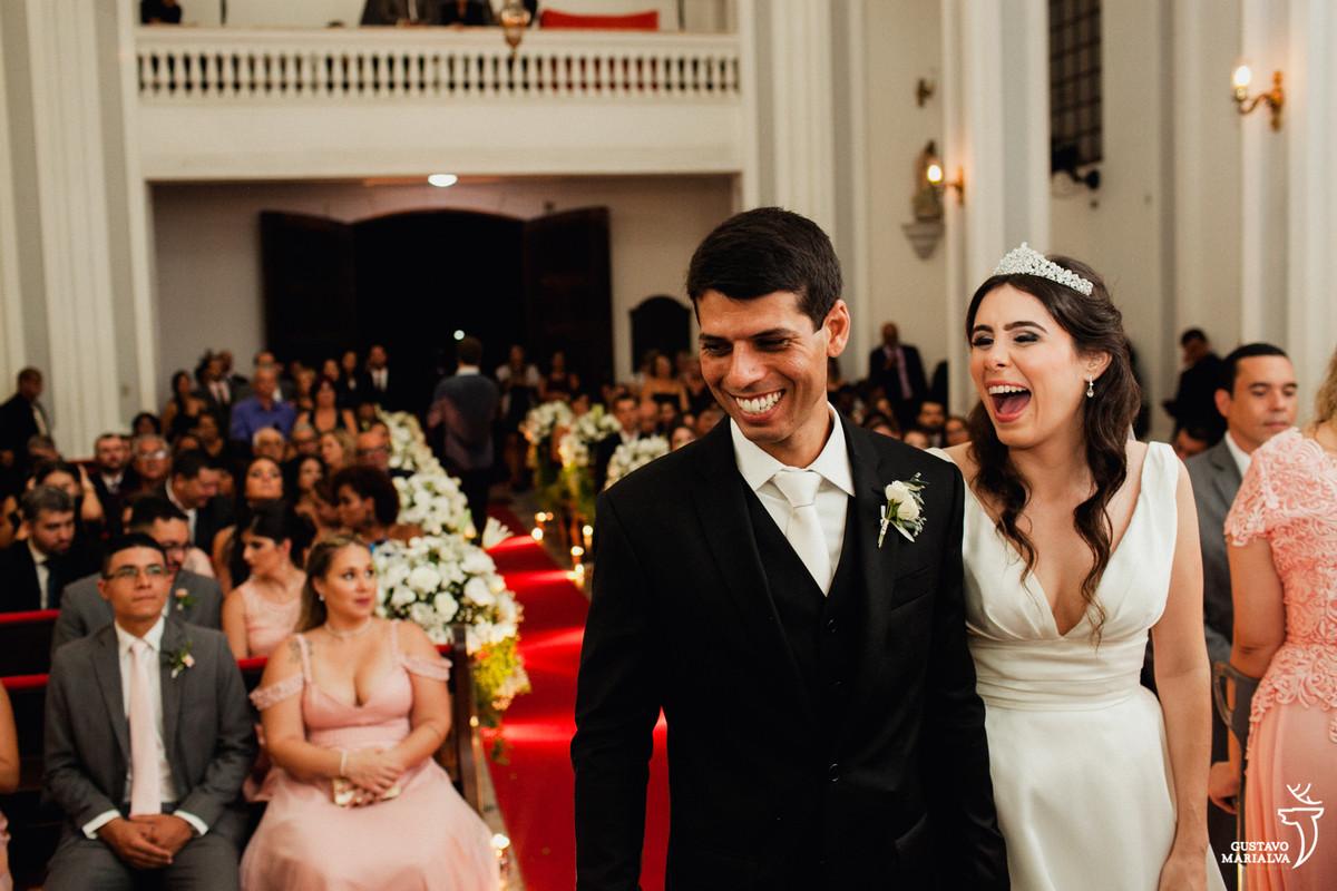 noivos felizes sorrindo