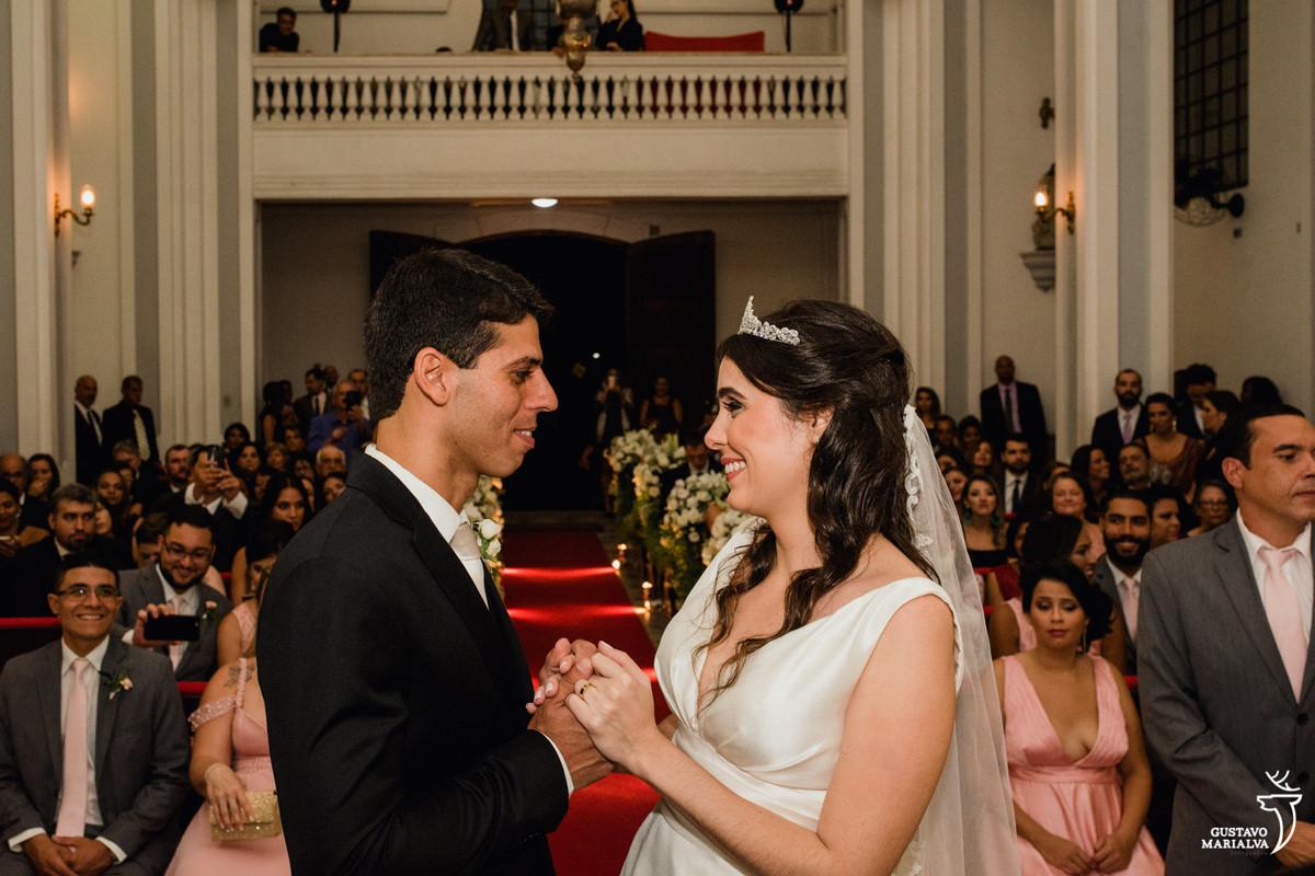 noivos dando as mãos na cerimônia de casamento