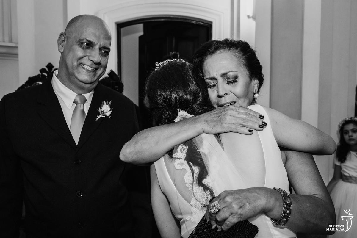 mãe do noivo abraçando a noiva emocionada