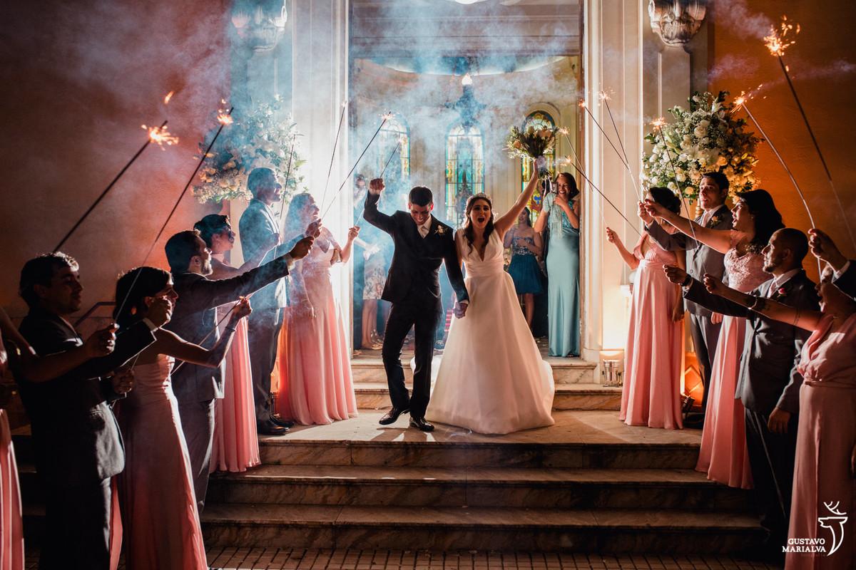 noivos saindo da cerimônia dia capela do palácio da guanabara com padrinhos segurando sparkles