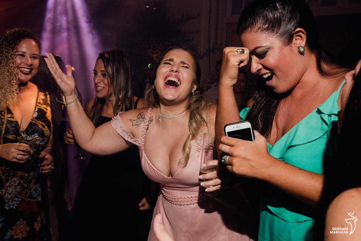 amigas cantando música sertaneja