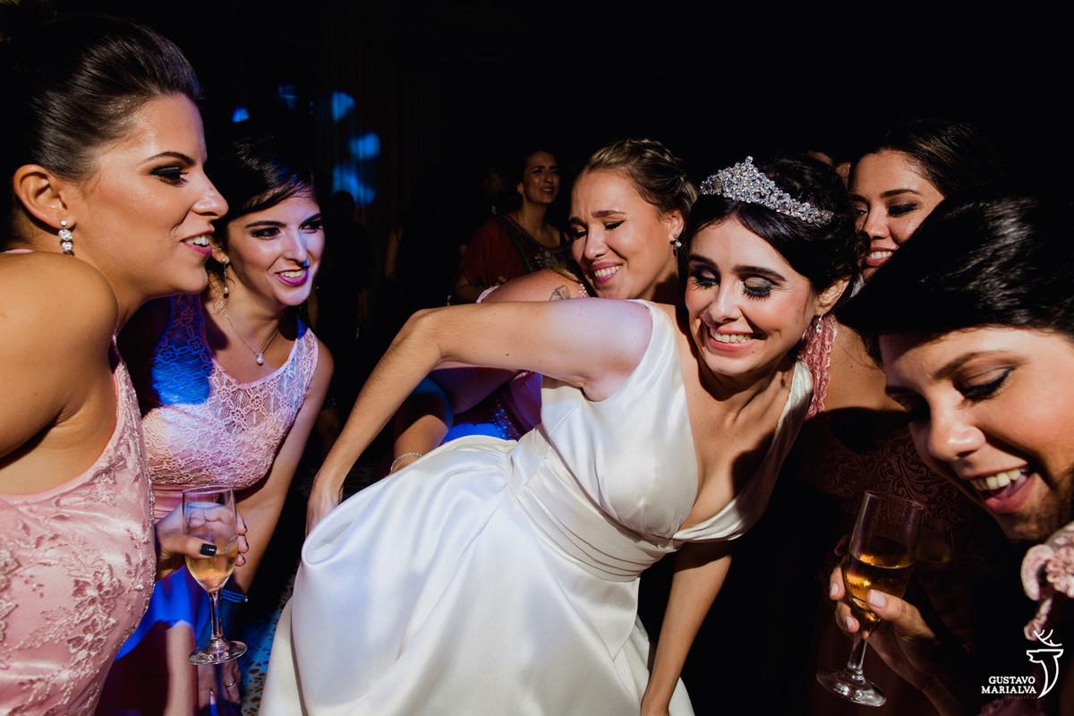 noiva e amigas dançando a música bang da anitta