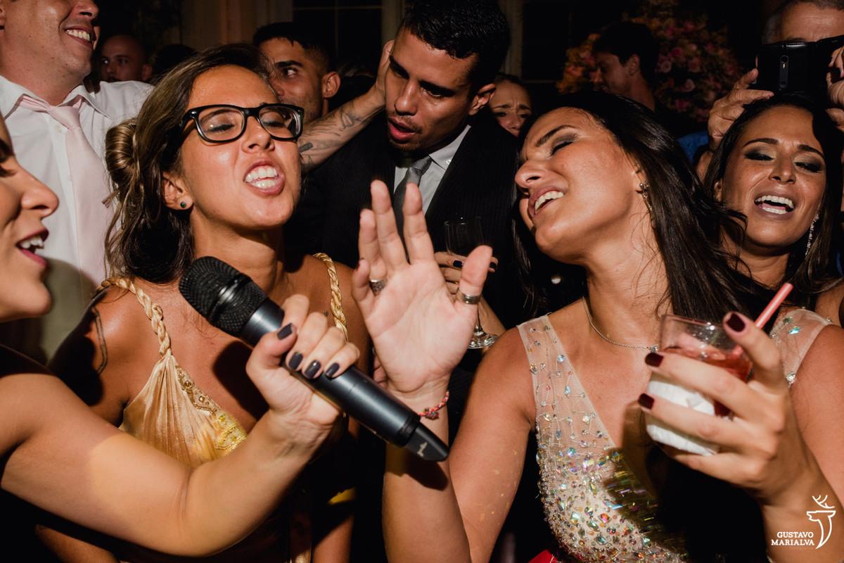 amigas cantando funk e convidado puxando a orelha do outro