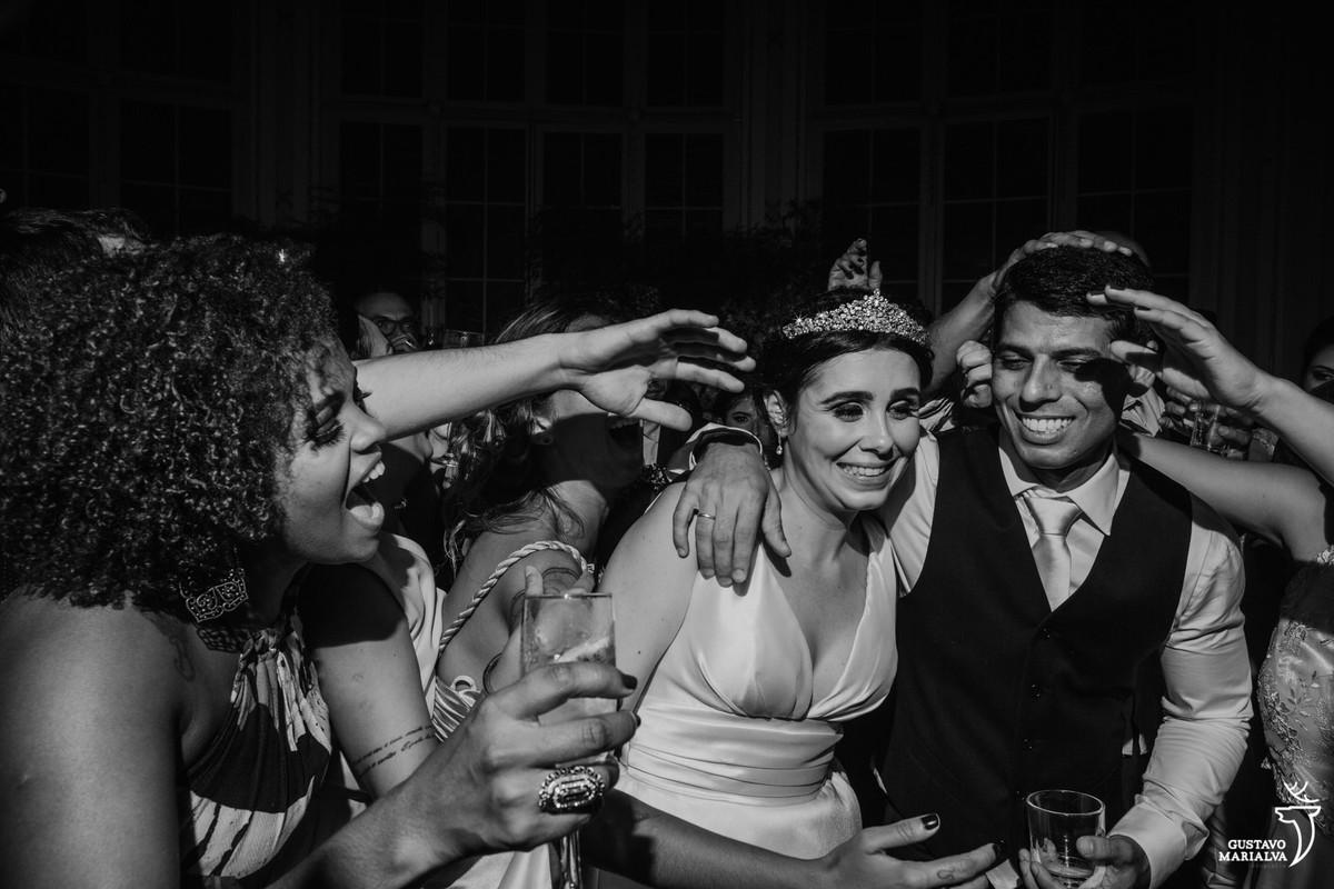 amigos agarrando os noivos ao som do mc anjinho