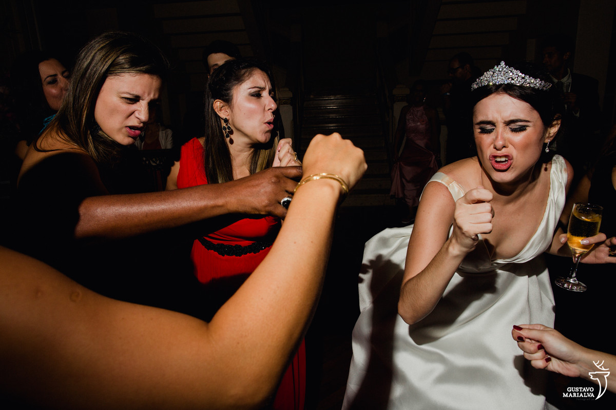 amigas e noiva cantando música sertaneja