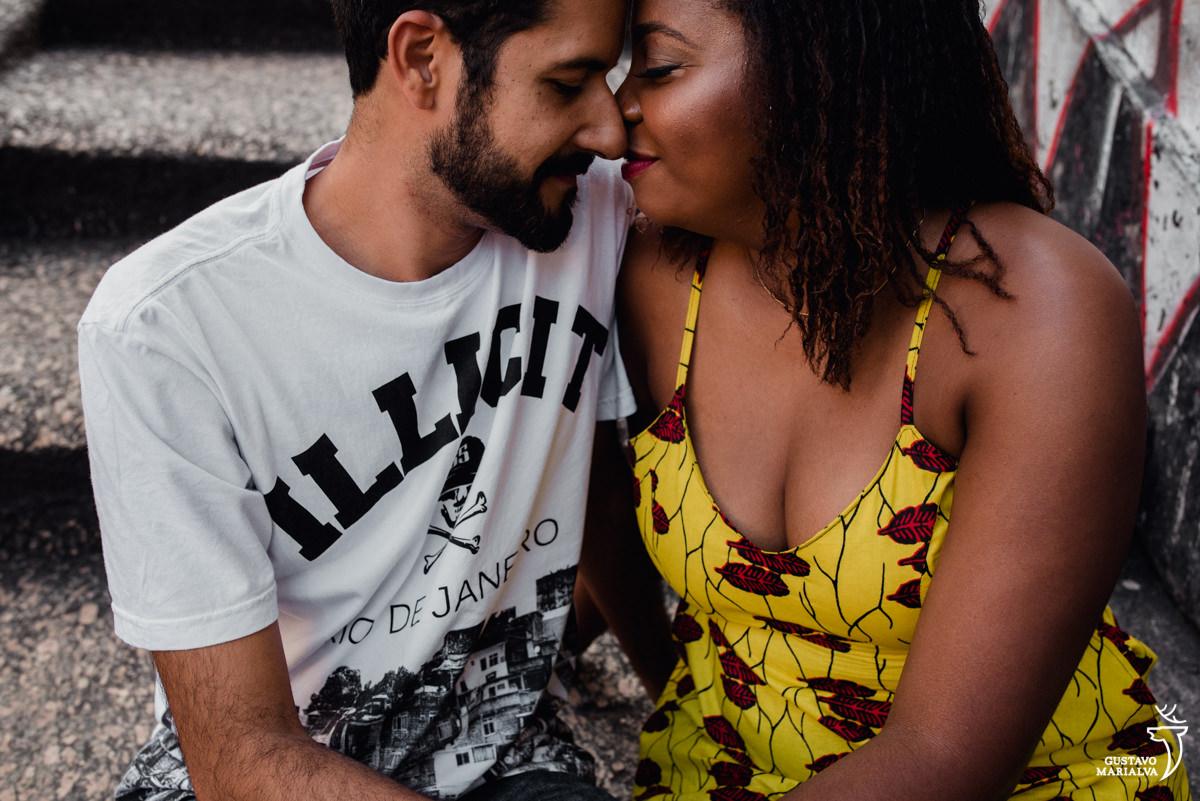 casal namorando durante book de casal realizado na pedra do sal no rio de janeiro