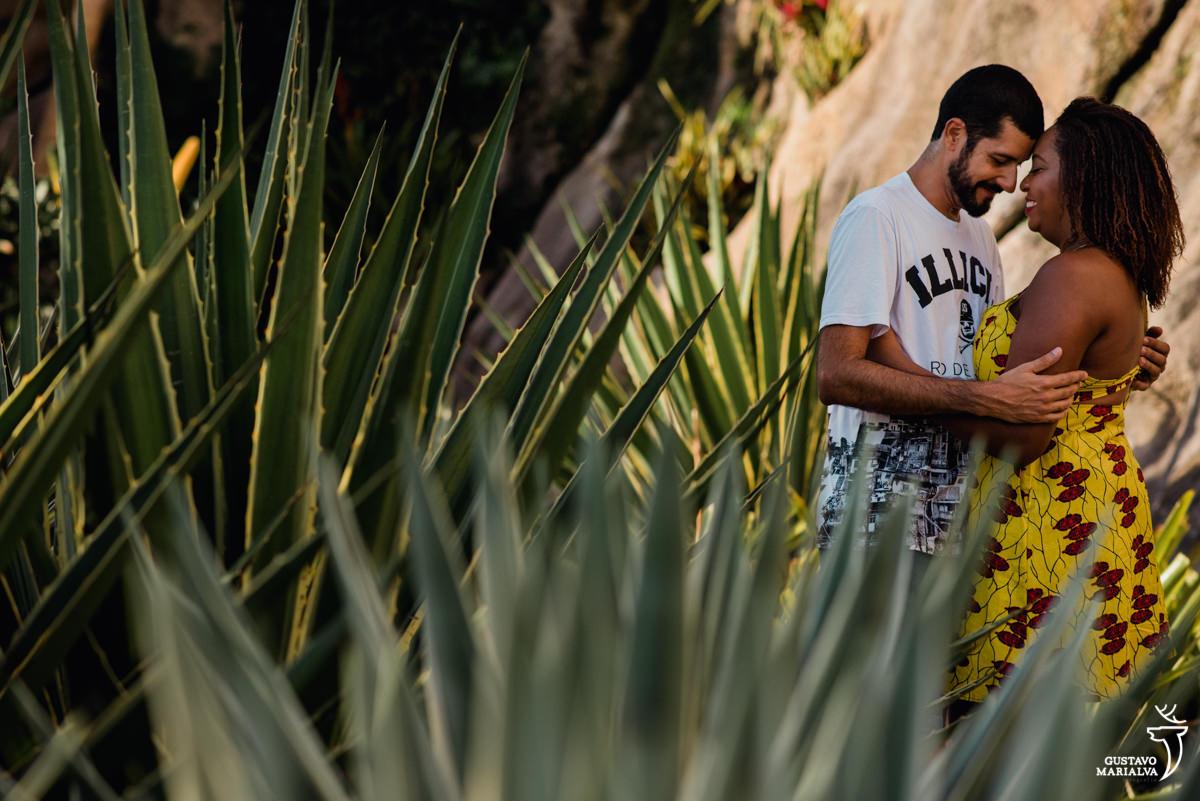 casal se abraçando durante book de casal no cais do vaslongo