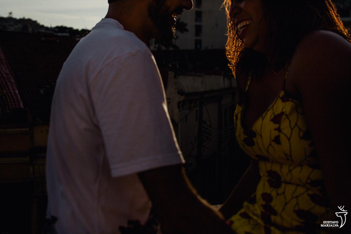 sol iluminando o sorriso do casal durante o book de casal no rio de janeiro