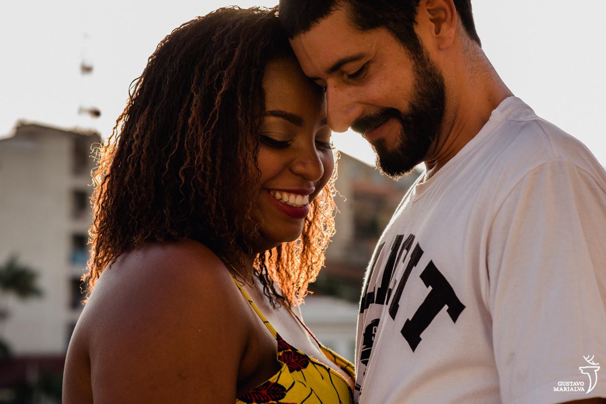 casal colando o rosto e sorrindo