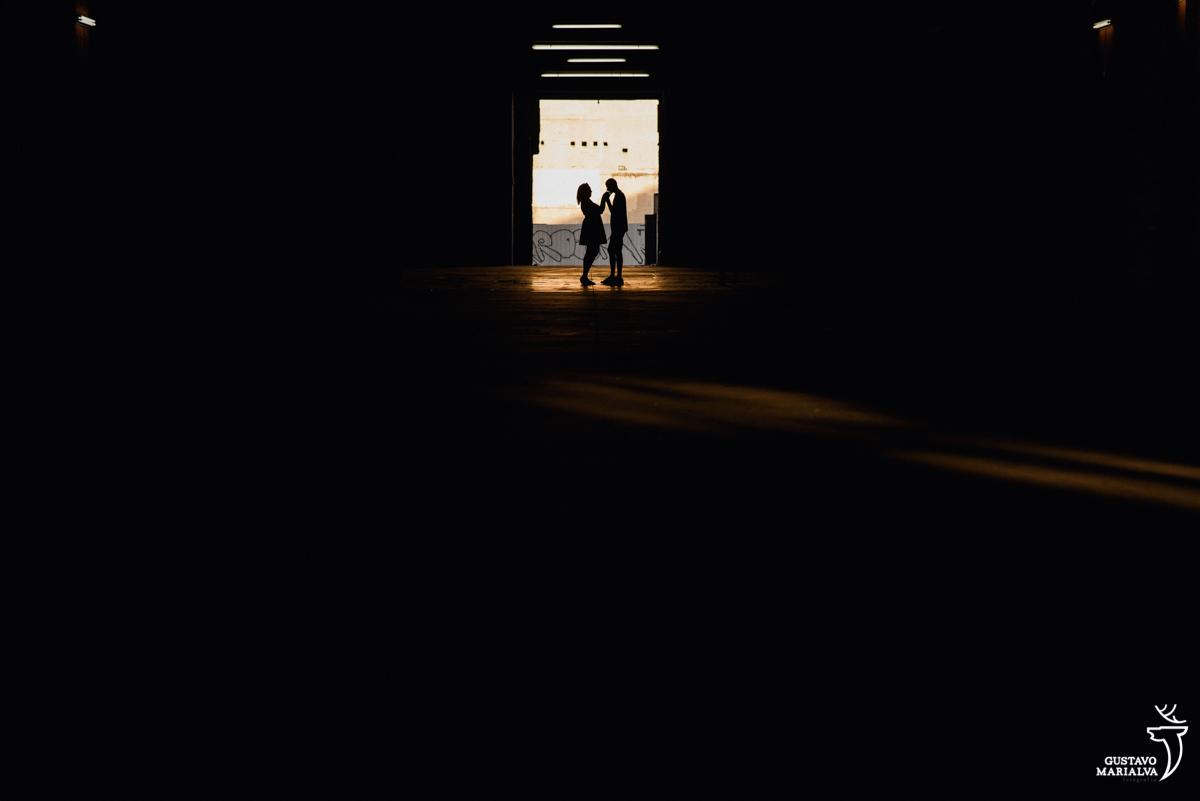 noivo beijando a mão da noiva em galpão abandonado no rio de janeiro