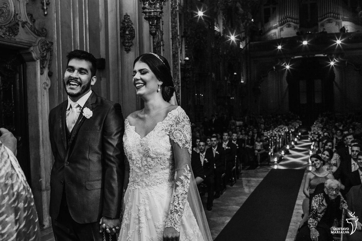 noivos sorrindo durante cerimônia de casamento na nossa senhora do monte carmo
