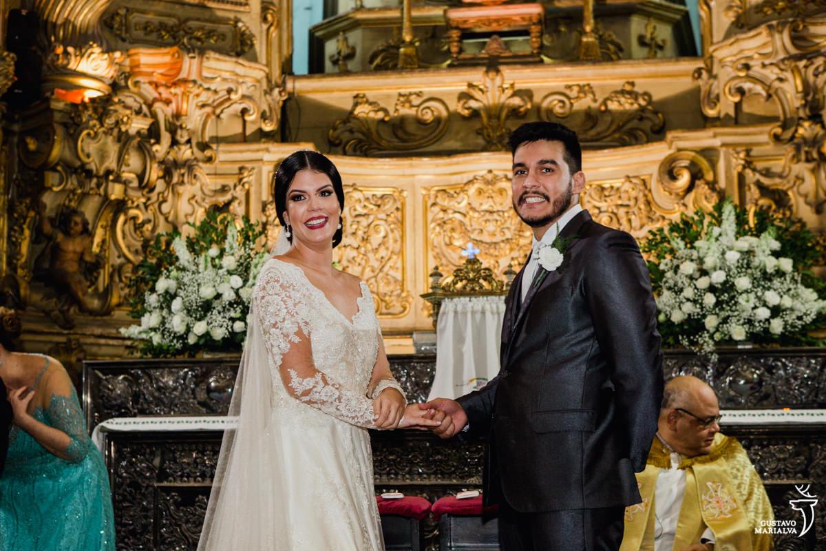 noivos emocionados vendo os pajens entrarem com as alianças do casamento