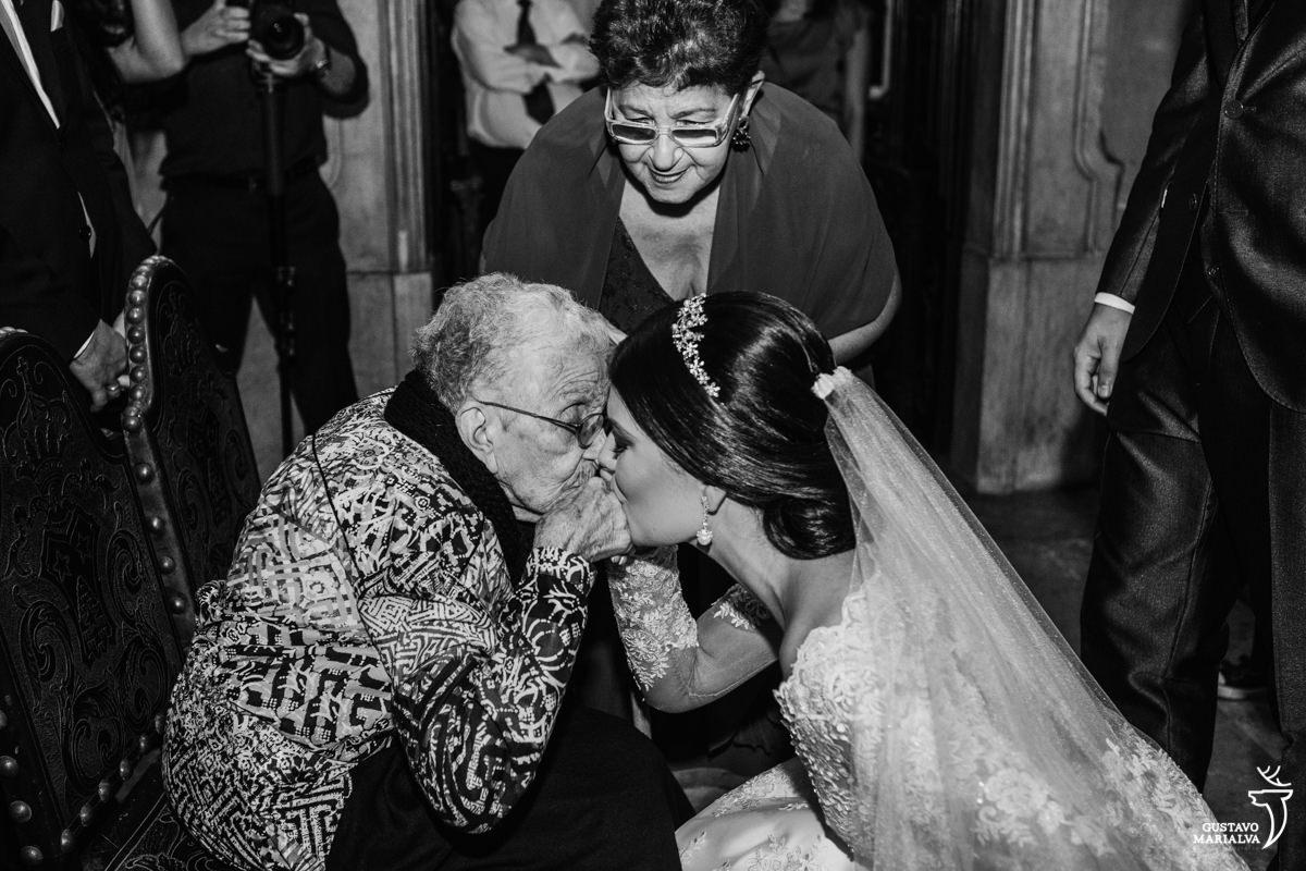 noiva emocionada beijando a mão da avó