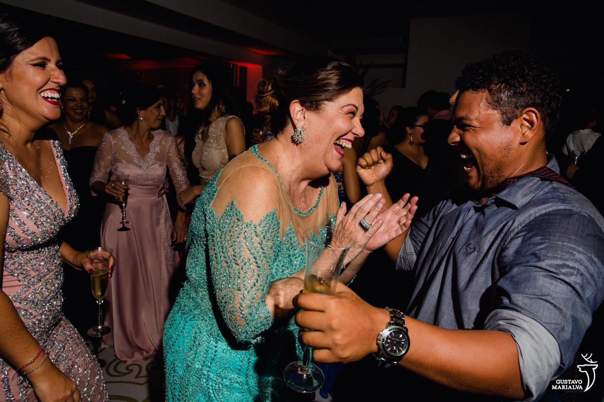mãe da noiva dançando com convidado