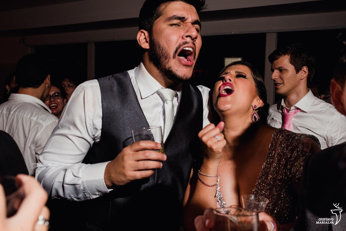 noivo e madrinha cantando sertanejo