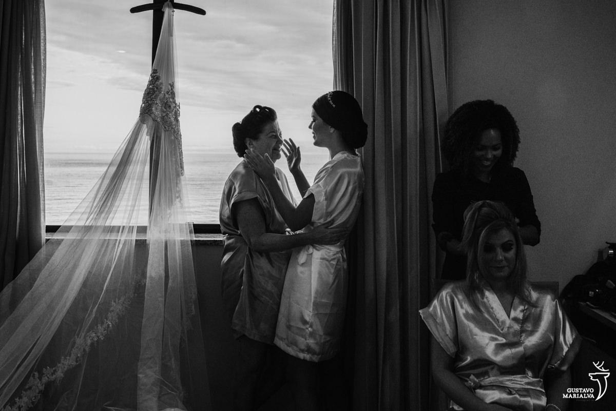 Mãe da noiva emocionada abraçando a filha no making of do casamento