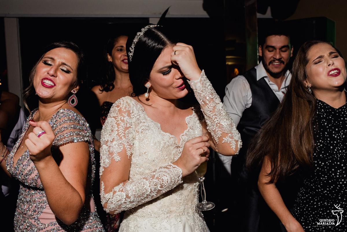 noiva e madrinha dançando sertanejo